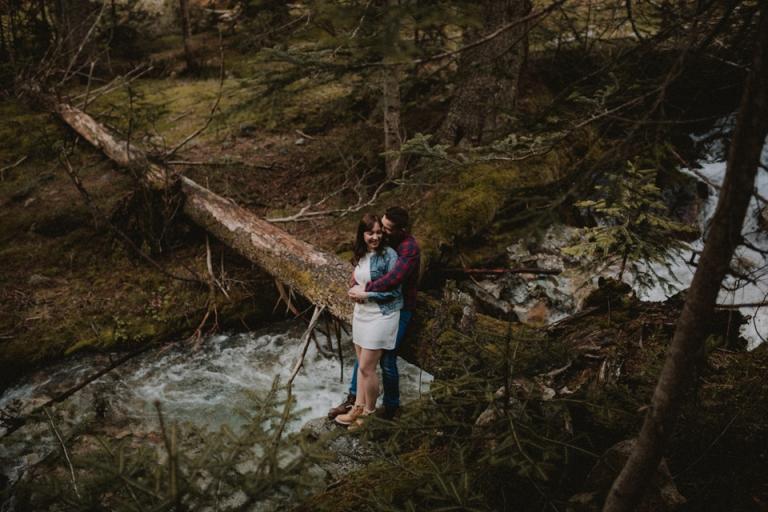 couple au bord d'un ruisseau alpes maritimes